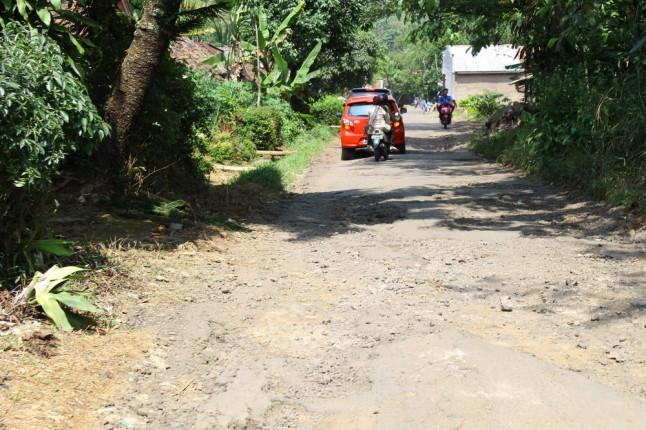 Akses jalan menuju Gunung Padang rusak di beberapa titik. Tetep hati-hati ya